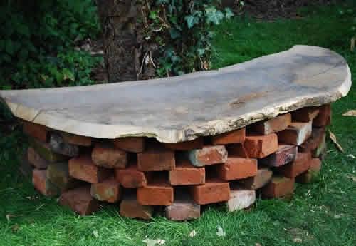 Скамейка из старого кирпича для дачи