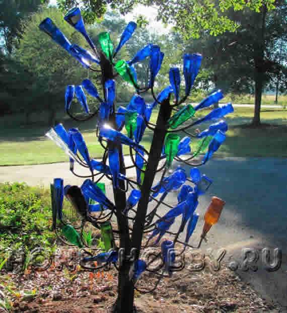 Креативное дерево из стеклянных бутылок