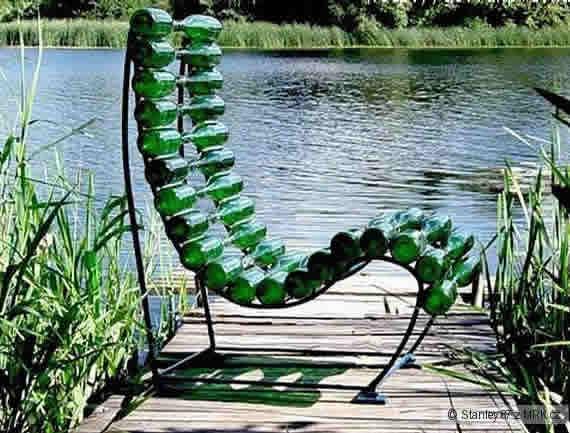 Кресло из стеклянных бутылок